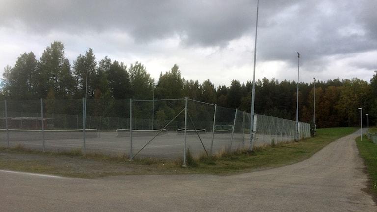 Tennisbanor med ett stängsel runt