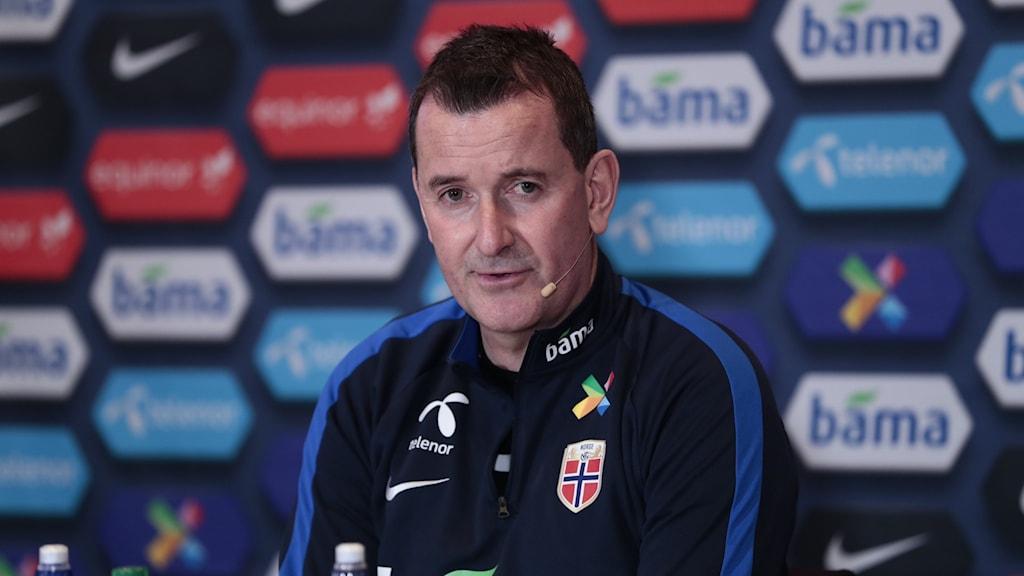 En man i fotbollskläder på presskonferens