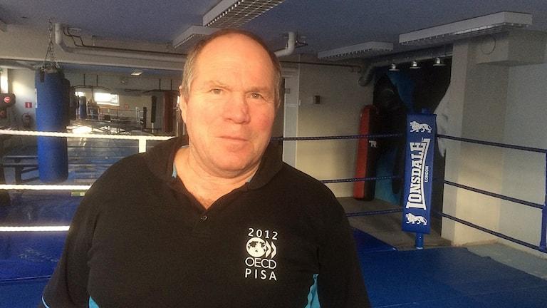 Boxningsledare står i ringen i en träningslokal