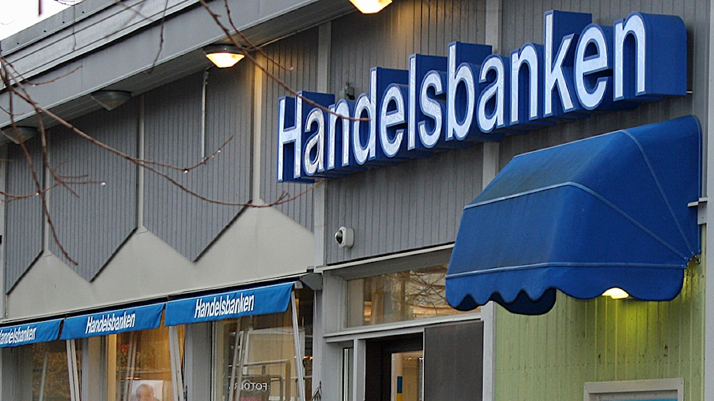 Ett bankkontor med blå markiser