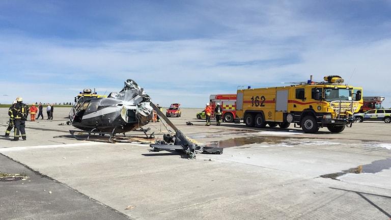Kraschad helikopter och räddningstjänsten på flygplats
