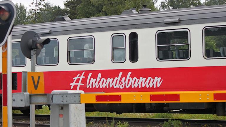 Inlandsbanetåg vid järnvägsövergång
