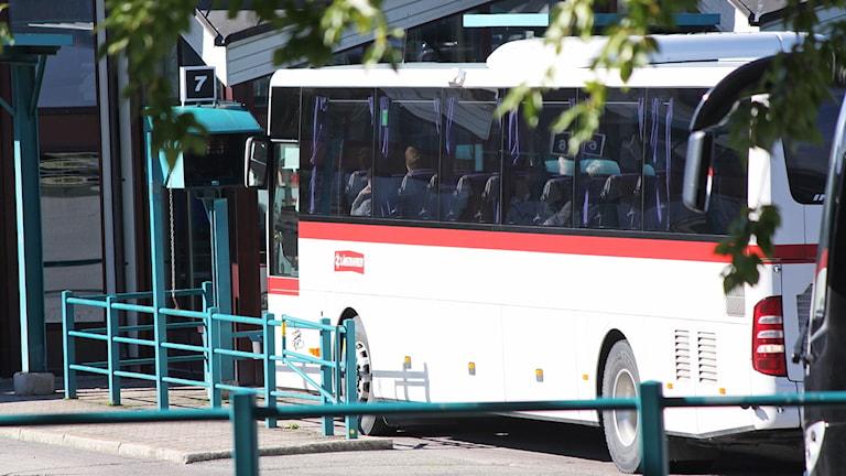 Buss från Länstrafiken parkerade på busstorget i Östersund