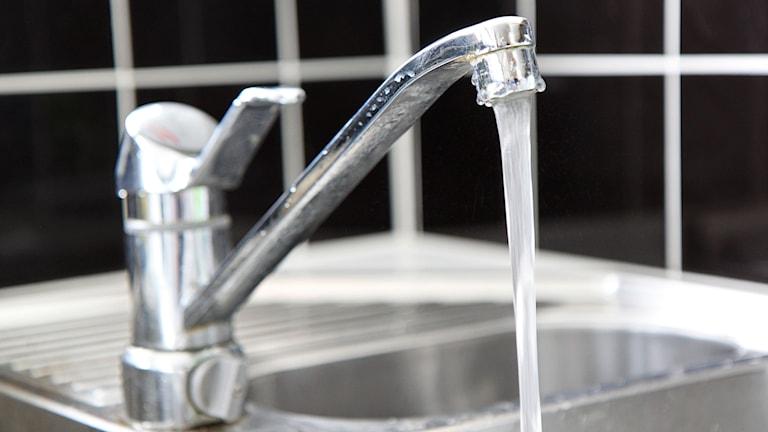 Vattenkran vid diskho i kök