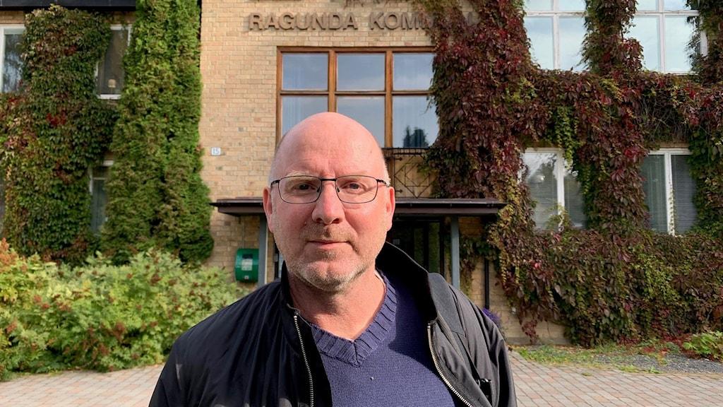 Man i svart jacka och glasögon står framför Ragundas kommunhus.