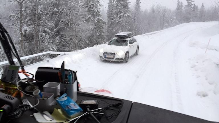 Snösvängen. Bild inifrån åkaren Zeb Haugskotts plogbil.