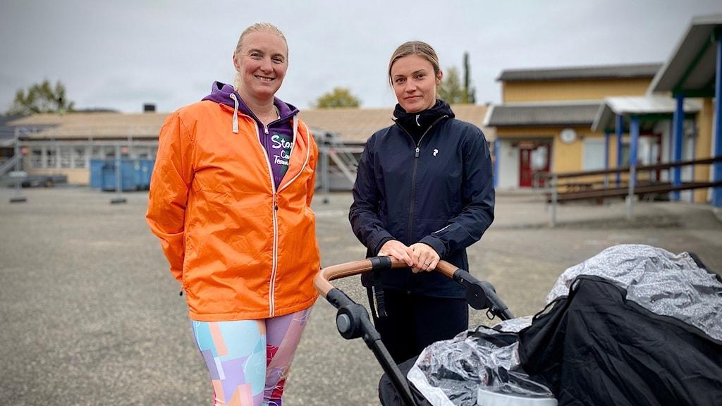 Angelica Pettersson och Emelie Jonsson med sonen Rory i vagnen.  Vemdalens skola.