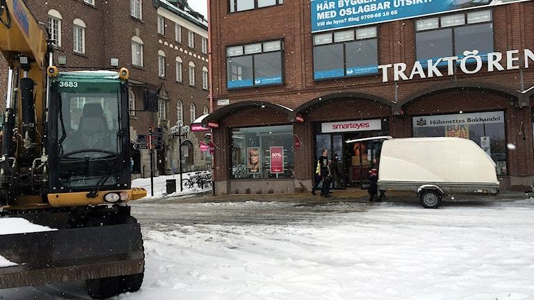 Grävmaskin vid Traktörenhuset, Östersund, efter vattenläcka. 170321. Foto: Marcus Frånberg/SR