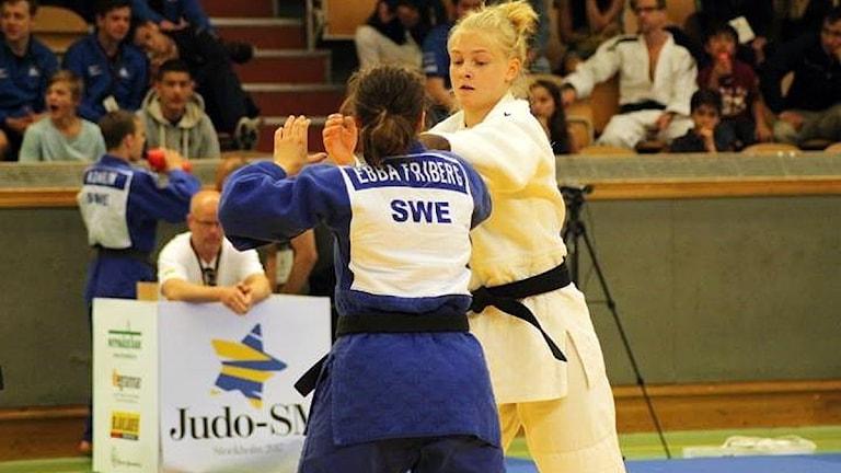 SM-guldmedaljören Gry Johnsson (vitt), från Östersunds judoklubb, i kamp med finalmotståndaren Ebba Friberg (blått). 170611.