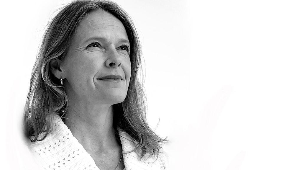Svartvit porträttbild av kvinna med långt, rakt hår mot vit bakgrund