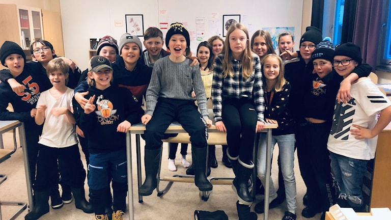 Vilmer Olofsson och Wilma Wikström omgivna av sina klasskamrater i klass 5D på Kastalskolan i Brunflo.