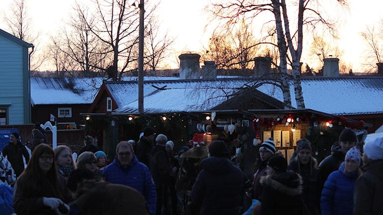 Folkmyller på vintermarknad