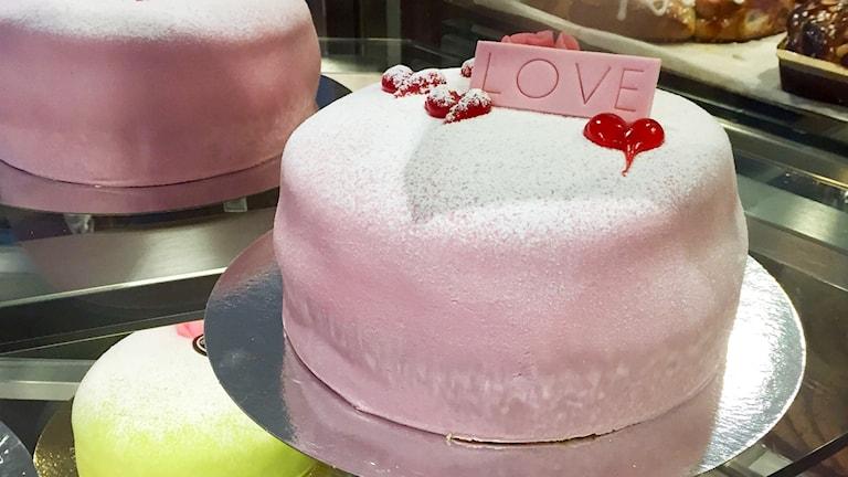 Tårta på ett bageri till Alla hjärtans dag.