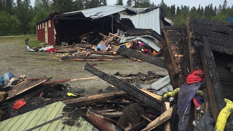 Rester av brandhärjad hus. Anlagd brand, Grytans flyktingförläggning. 170725. Foto: Marcus Frånberg/SR