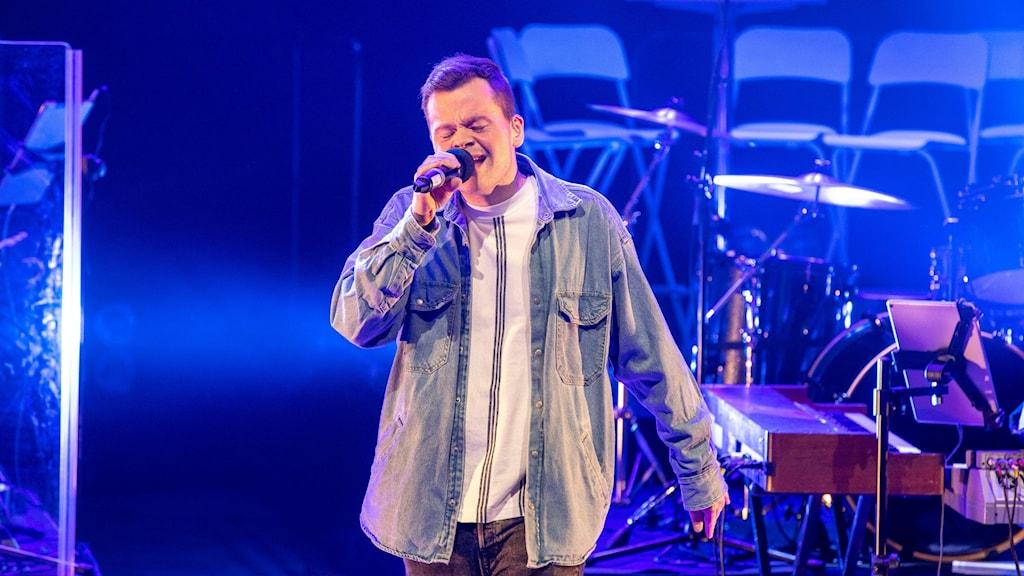 artisten Amskøld uppträder