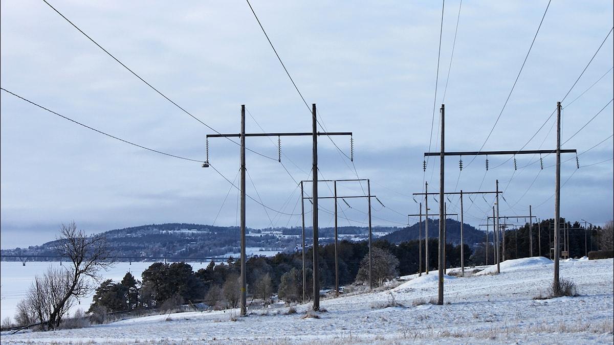Kraftledningar över vid sjö i Jämtland.