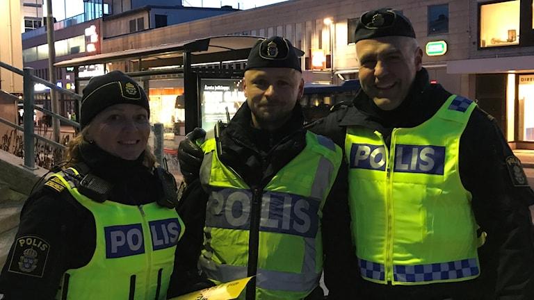 Tre poliser