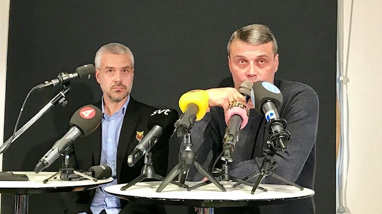 Två män på presskonferens