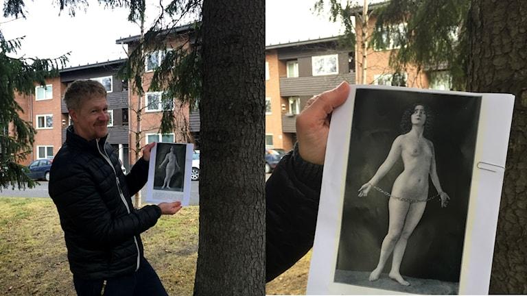 Jim Hedlund håller upp en bild på en naken kvinna.