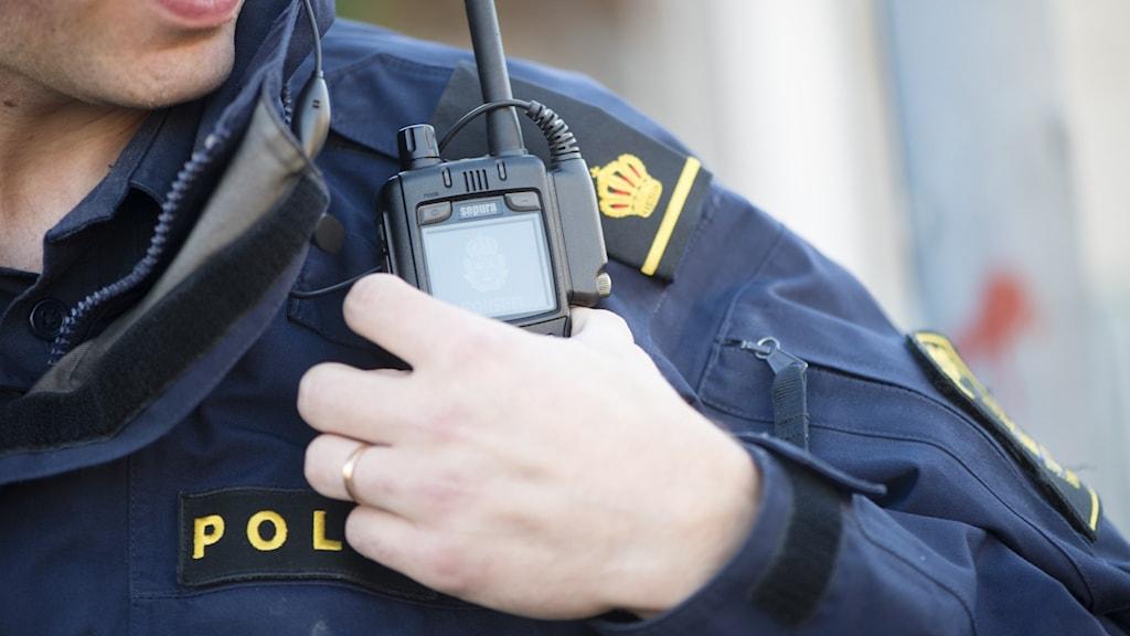 Polisman med kommunikationsradio