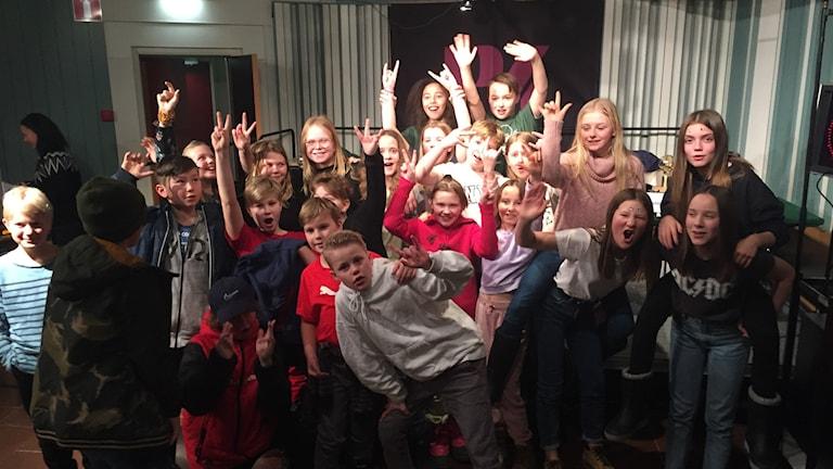 En glad klass sträcker upp händerna efter vinst i Vi i femman