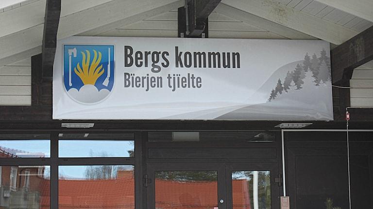 En skylt där det står Bergs kommun som sitter på kommunhuset.
