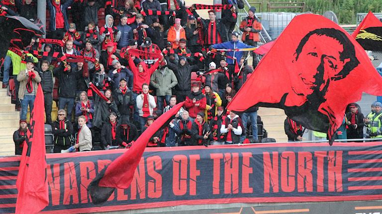 ÖFK:s supporterklubb Falkarna fick hålla till på sittplatsläktaren då ståplatsläktaren var avstängd.
