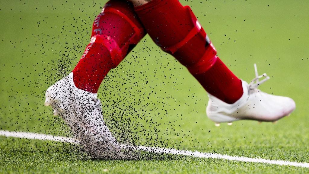 Fotbollsspelare får gummigranulat att sprätta på planen.