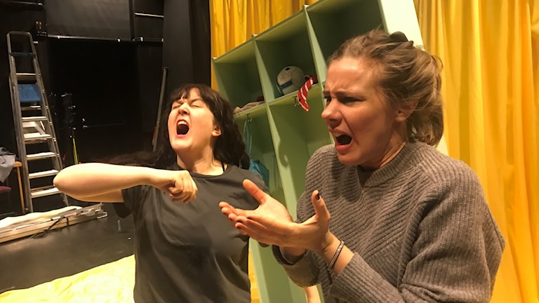 Två kvinnor som gestikulerar och grimaserar
