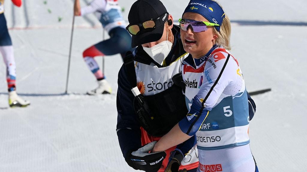 Frida Karlsson gråter av smärta.
