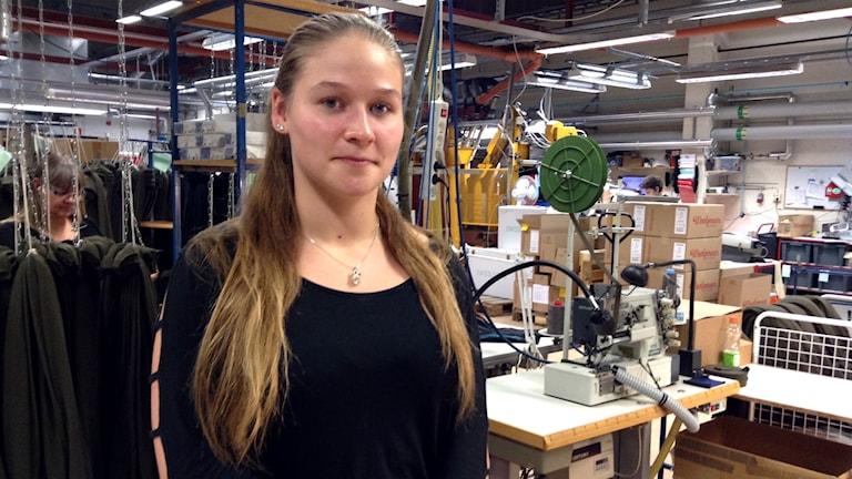 Kvinna i textilfabrik.