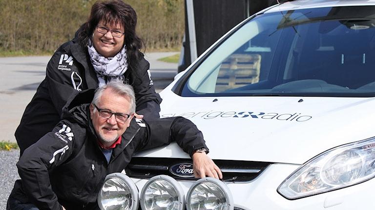 Kvinna och man vid Sveriges Radio-bil