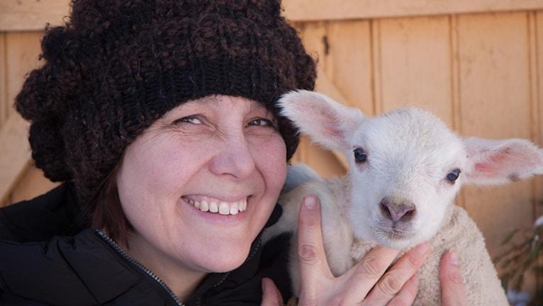Kvinna med lamm.