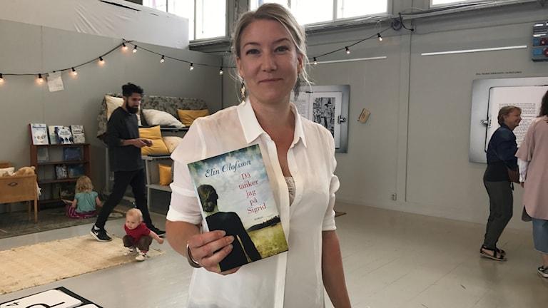Elin Olofsson som är författare presenterade sin debutbok under invigningen.