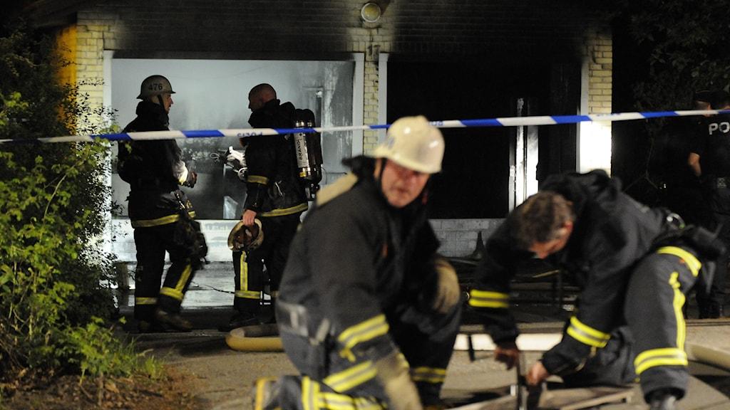 Brandmän utanför ett avspärrat soprum