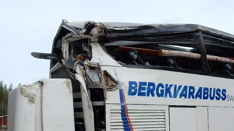 Skadad bakre del på en vit buss