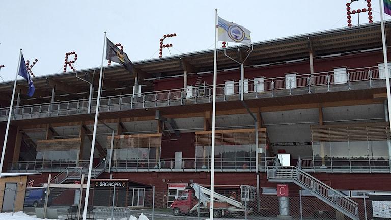 Brand i kommentatorsbås på Jämtkraft Arena. Fotbollsarenan Östersund. Brandbil framför läktaren.