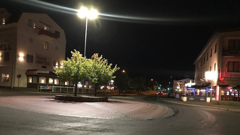 Ett ödsligt torg på natten, det är Strömsund
