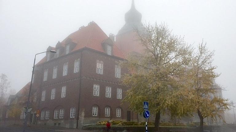Östersunds Rådhus insvept i dimma