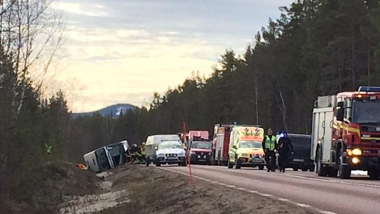 Räddningstjänst ambulanser och polis vid bussolycka
