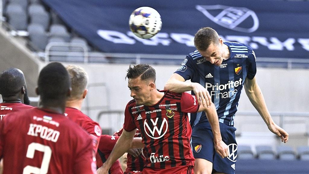 En Djurgårdensspelare nickar in ett mål mot Östersund.
