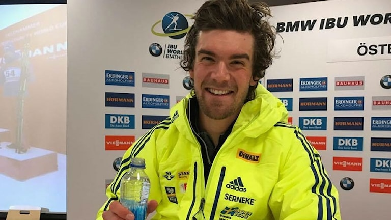 Fredrik Lindström på presskonferensen efter lördagens pallplats i sprinten.