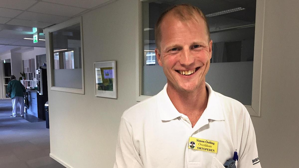 Simon Östling, ortoped, står i en korridor på Östersunds sjukhus.