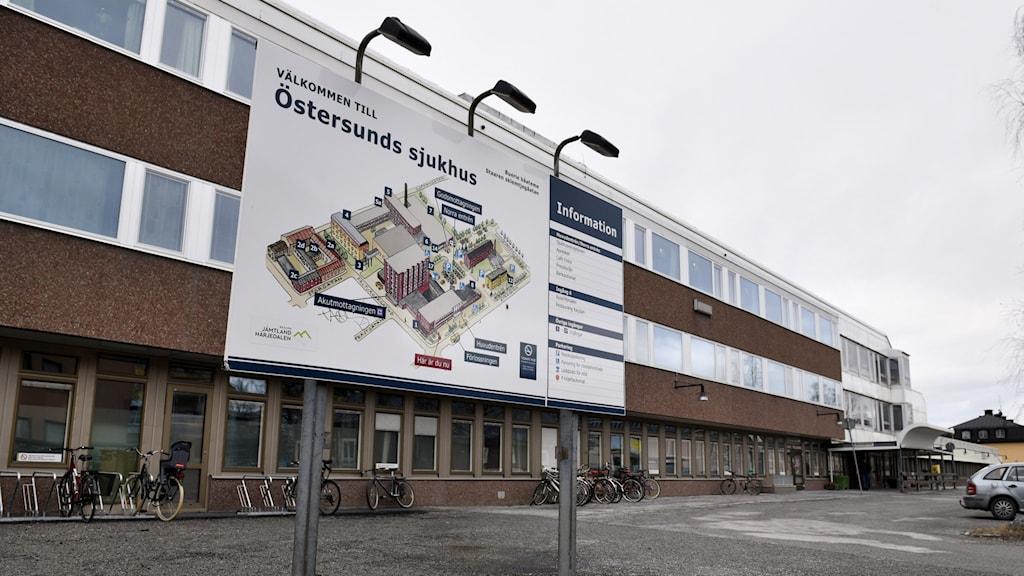 Sjukhus med en hänvisningsskylt
