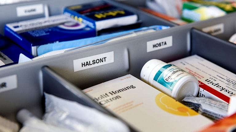 Mediciner i lådor, typ husapotek.