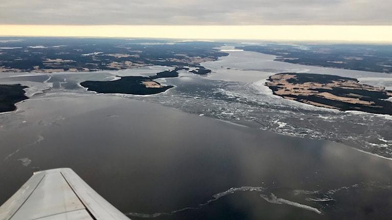Flygbild över Storsjön med öppet vatten och isrester