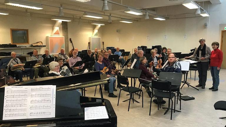 Bild på några av de 40 medlemmarna i Veteranorkestern i Jämtland när de övar i Östersund.