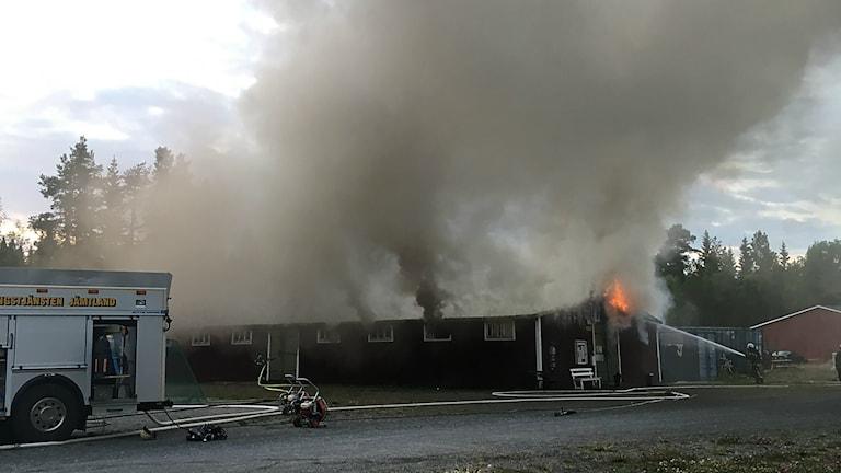 Det var frivilligorganisationen Hej främlings förråd där de förvarar all frilufts- och sportutrustning som totalförstördes i branden på flyktingförläggningen Grytan vid 9-tiden på tisdagskvällen.