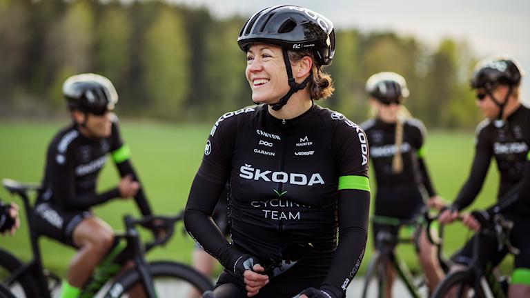 Sara Rönnberg i cykelkläder och hjälm.