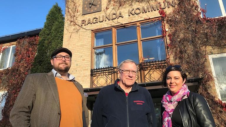 Jonas Andersson, Hans Öyndqvist och Terese Bengard utanför kommunhuset i Ragunda.